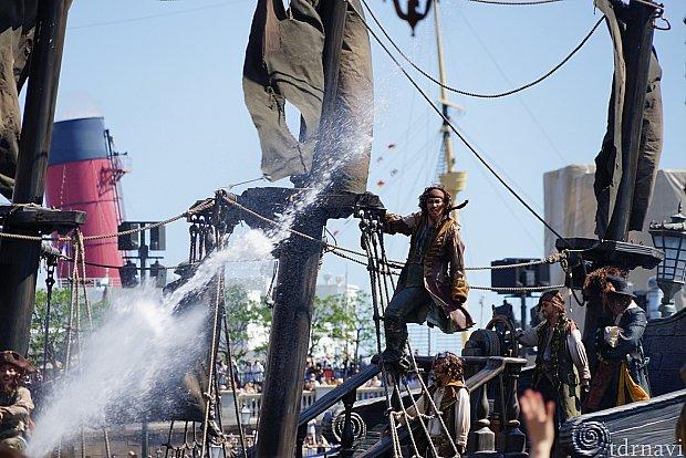 ブラックパール号の上で海賊が暴れまわります!