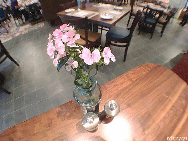 卓上にはそれぞれ種類が異なるお花が