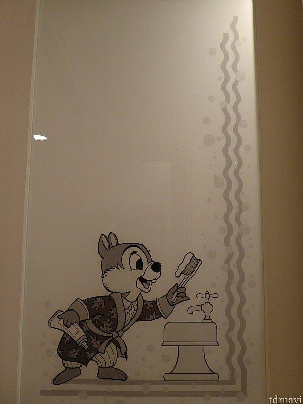 トイレのドアには、ガウン姿のイケメンチップ!