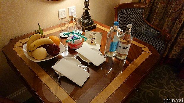 無料でいただけるお水の他にお誕生日特典?フルーツとミネラルウォーターが置いてありました。