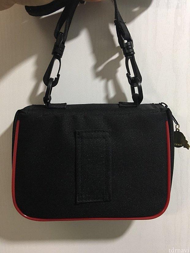 バッグ裏面はベルトを通せるようになっているのでヒモを外しても使用できます。