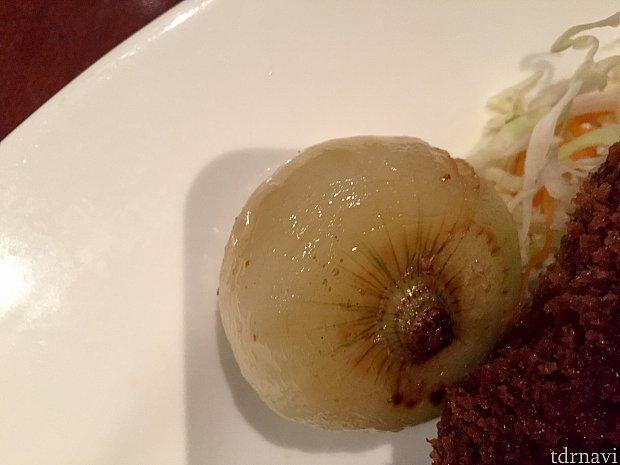 玉ねぎが丸ごとグリルされた付け合わせも。これは見た目通りの味でした。