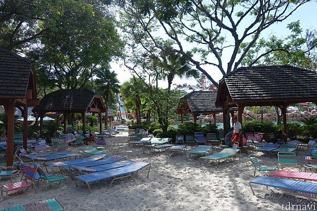 木陰になっているビーチチェアは人気。