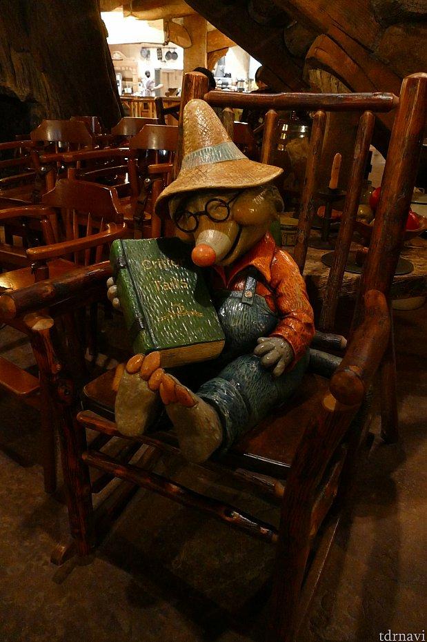 探検をしていると木の陰でぐっすり眠るクリッターの姿が。これはサラおばあちゃんの旦那さんです。お店はサラおばあちゃんに任せてスヤスヤ眠ってます。抱きかかえてる本にも意味があります。