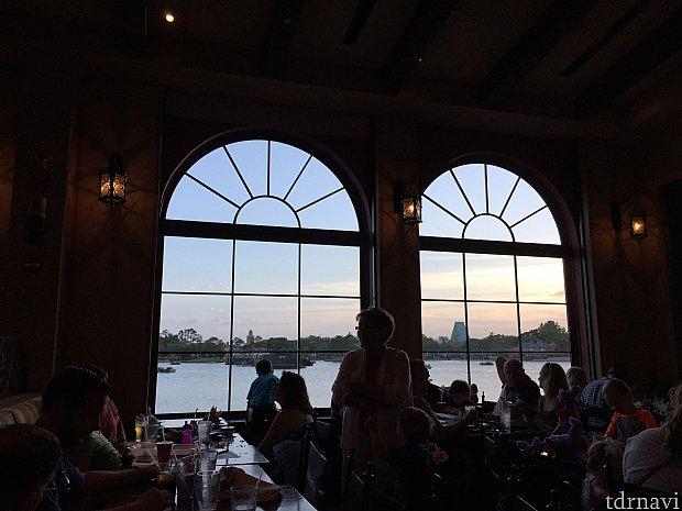 大きな窓から各国のパビリオンが見えます。イルミネーションズの花火も見やすそうですね。