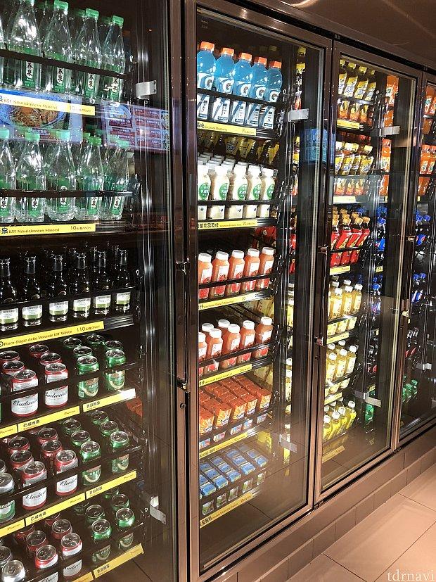 カウンターの反対側には冷蔵庫が。 自分で取ってレジで会計します ドリンク色々