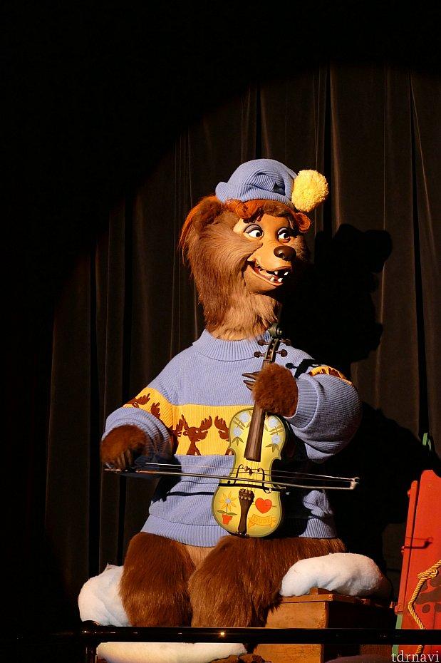 カントリーベアバンド1オシャレなアーネスト。彼の衣装には毎シーズン要注目です!