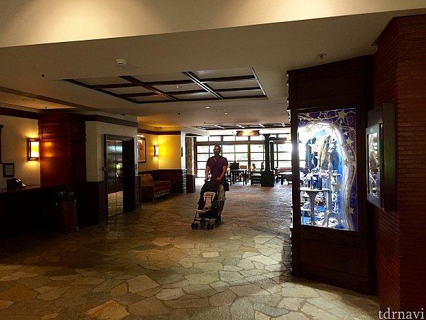 フロントを進むと右側にレストラン、その先には眺めの良いデッキ。そこからホテルの美しい中庭を眺める事ができます。