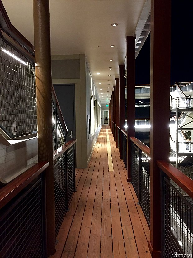 外階段と廊下を上がって3階のトップデッキに向かいます。
