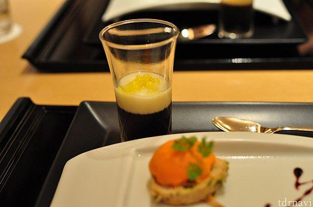 奥はスープ。上にトッピングされているのは丸く固めたオリーブオイル。下の層はコンソメジュレ。さっぱりと美味しかったです。