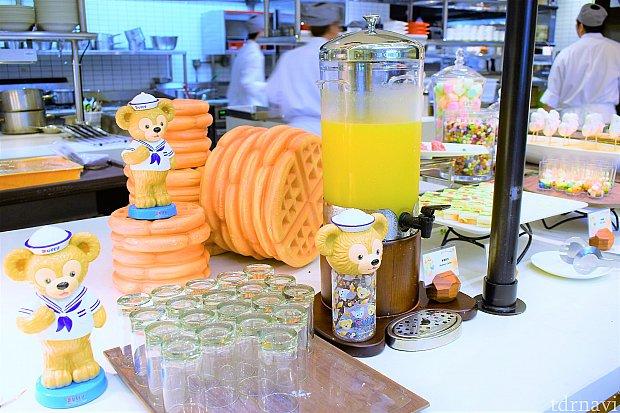 飲み物はこの炭酸入りのオレンジジュースみたいなドリンク以外にも、温かいコーヒーと紅茶がありました。