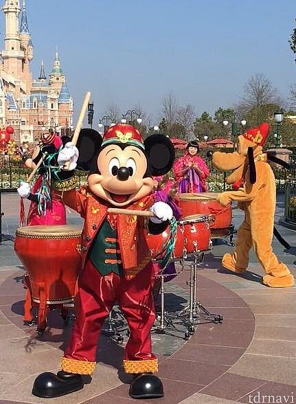 赤い衣装が素敵なミッキーです!