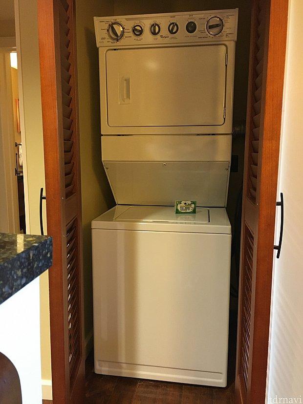 扉を開けると、洗濯機と乾燥機があります。