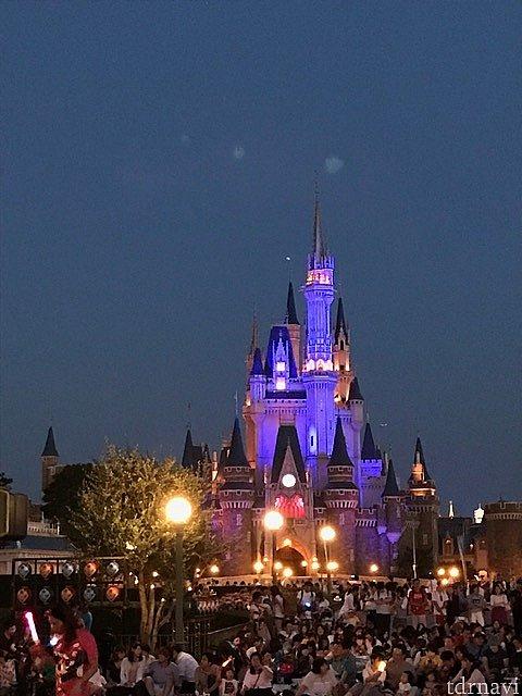 バケーションパッケージ席はお城が目の前に。開始10分前に来ればいいので最前列ではありませんが夕方の疲れた時間にちょうど良かったです。
