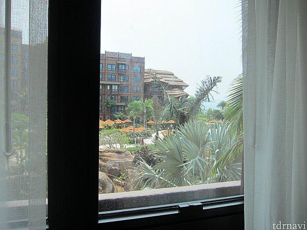 窓から見える景色はアウラニのようなプール。