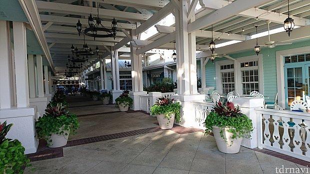 フロントやOlivia's cafeがあるあたりからスタートします。