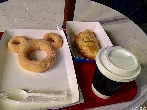 ミッキーシェイプのシナモンドーナツは35元、チキンカレーパイは30元、ホットコーヒーは20元。どれも美味しかったです👍