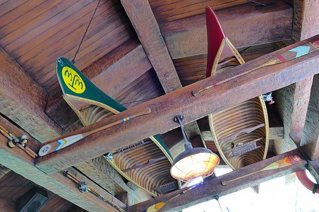 天井にあるカヌー。ここまで来たら、グリーティングまでもうすぐです!