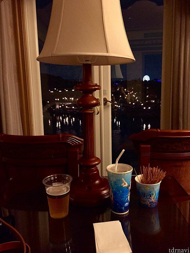 ショー開始前にザンビで購入したドリンクとパスタクリスプ♪ビールとパスタクリスプの組み合わせは最高ですo(*゚▽゚*)oパークで購入してお部屋で堪能できるのもポイント高い!