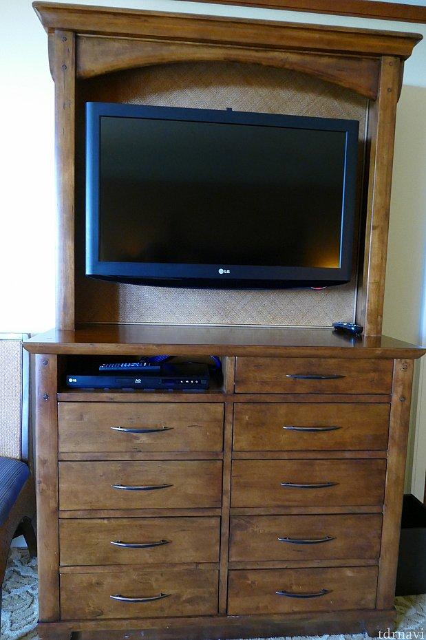 テレビの下の収納もたっぷり入れることかできます。