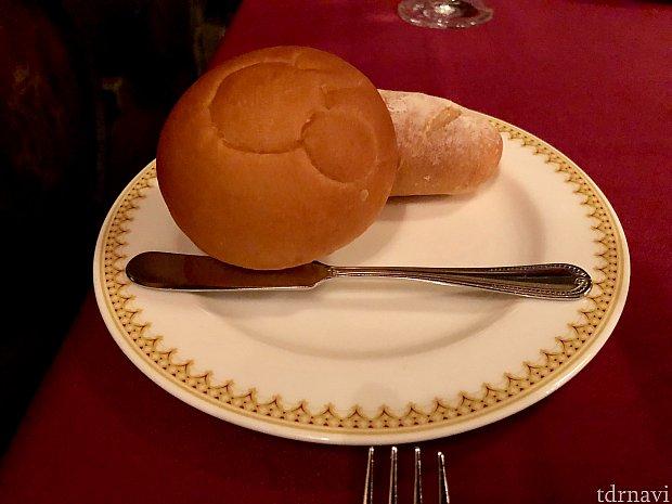 パンはミッキーのパンと2種類あります。 暖かくとても美味しいですよ! こちらのパンもおわかり自由です!