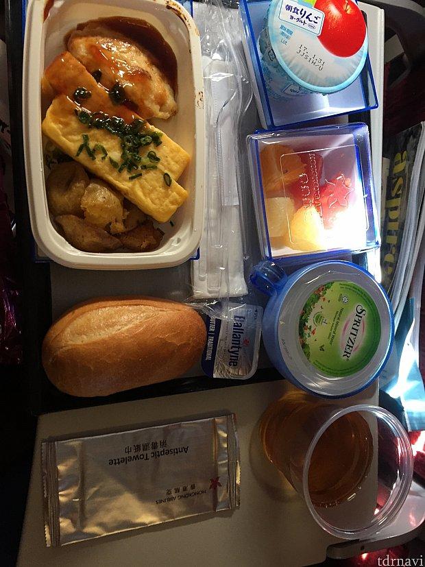 往路の機内食です。甘辛いタレがとても美味しいチキンを選択しました!