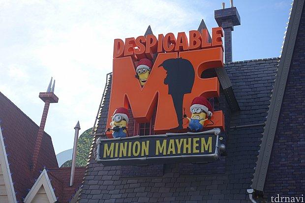 ホリデーシーズンは看板のミニオンもサンタ帽に。