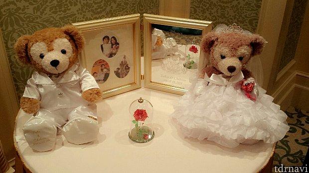 ウェルカムグッズとして購入したフォトフレームミラー32920円ダッフィーとメイちゃんは自宅から持参。ドレスとタキシードはネットで購入。美女と野獣のバラはランドで購入できますよ。購入場所はそれぞれですが、どのアイテムにも二人の名前とや結婚式の日にちを入れてもらってます!