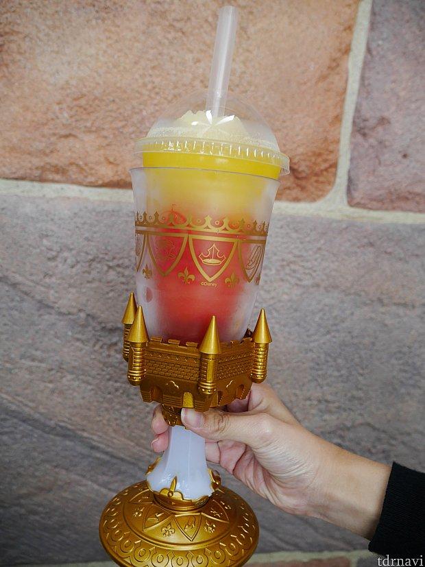 特典の光るカップ、フローズンドリンクです!食後にこのドリンクはキツイ・・・