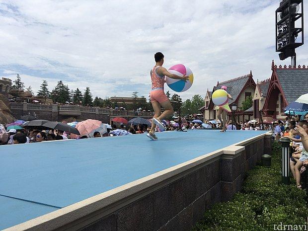 ダンサーさんたちはビーチボールを持って登場。後方にいるとこれが飛んできて、一緒に遊ぶ的な感じになります