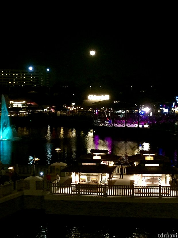 僕たちの席からは一番明るいディズニースプリングスの夜景が。