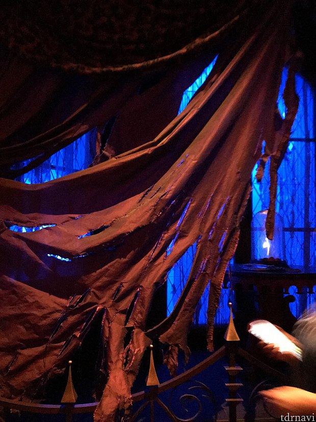野獣が引き裂いたカーテン!