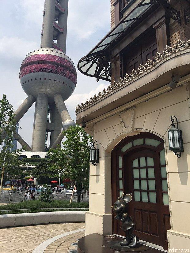 """ディズニーストアの前からは現代上海の代表的な建物""""東方明珠電視塔""""が見えます。時計台の下にはキャラクターの銅像がありました。"""