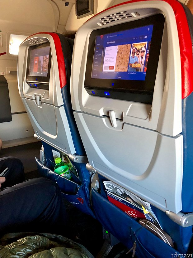 アトランタ行きの飛行機は定刻通り。約1時間の短距離飛行です。今回はプレミアムエコノミー席だったので、ややレッグルームがゆったりしていたかな、と言う印象です。