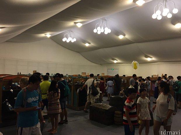20時過ぎの入店でも沢山のゲストが最後の買い物を楽しんでいました。