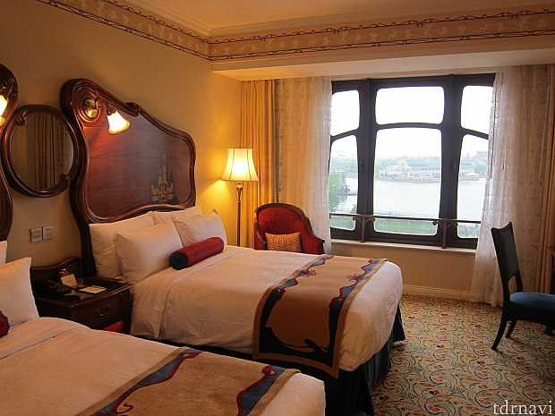 部屋にはいると、トイ・ストーリーホテルに比べて落ち着いた感じの内装。