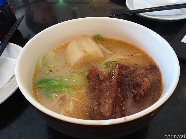 お肉の入った麺。このお肉は骨も柔らかく煮込まれてます。中になぜか大きな大根が入ってるけど、これはおでんの大根と同じ味がする。