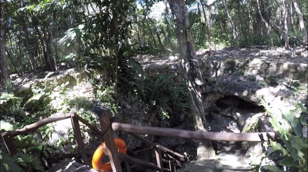 最初のスポットの洞窟。階段を降りていきます。