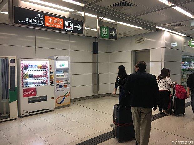 青衣駅に到着。乗換えのため東涌線の表示に従って進みます。