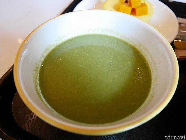 パスタに日替わりの謎のスープが付いてきました。ほうれん草が入ってそう・・・なんだか草っぽかったです。違う時間に見たらオレンジっぽいスープに変わってました。