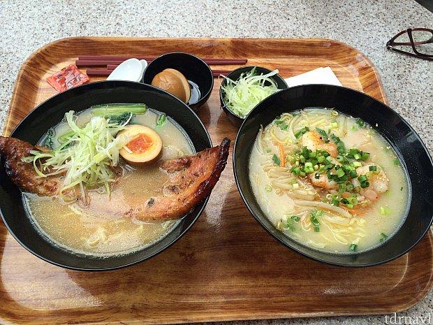 左がブラックペッパーポーク麺、右が海老入り白湯麺。奥がトッピングの煮卵と白髪葱。