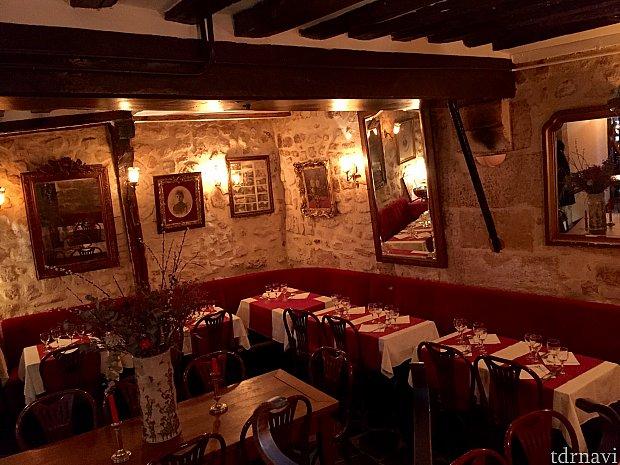 400年の歴史があるテーマレストランの様なバーをみつけたり…
