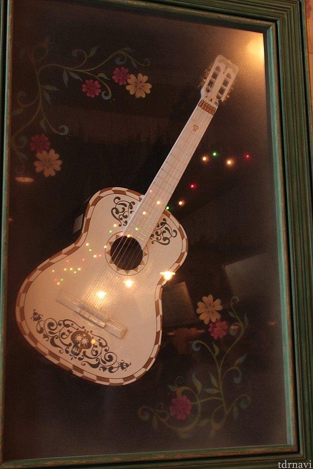 白いギターが飾ってあります!!!!