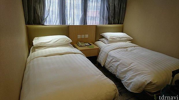 スタンダードのシングルベッド2台の部屋。息子(175cm)がのびのび寝られるサイズ。 写真を撮る前にベッドにダイブしたため、お布団がシワシワになってしまいました😅