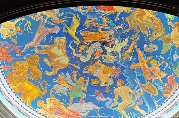 帰り際にマゼランズからの吹き抜けにもなっている天井を見上げて、冒険家たちの気分に。