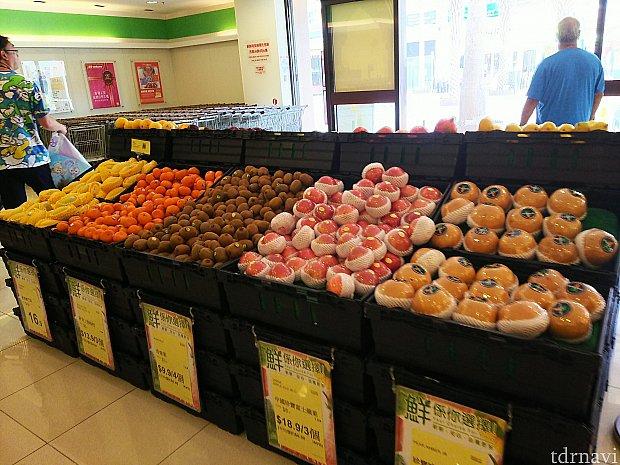 果物や野菜、生肉にお魚。日本のスーパーと同じ並び方です。