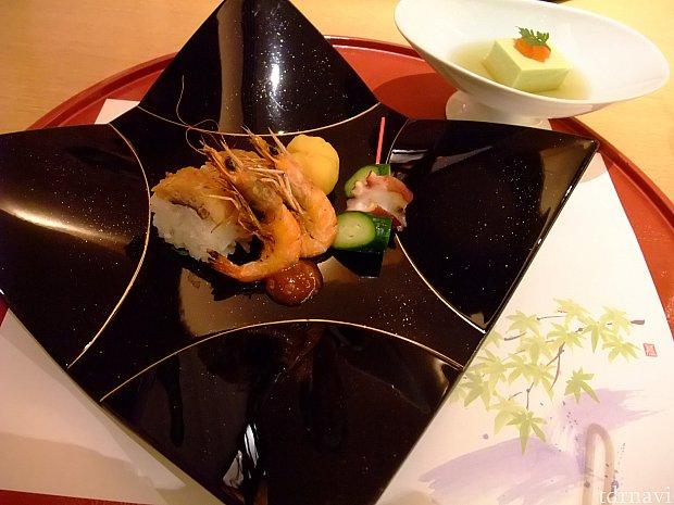 海や川を連想させるお皿。一口サイズの鱧寿司は焼いてありました。