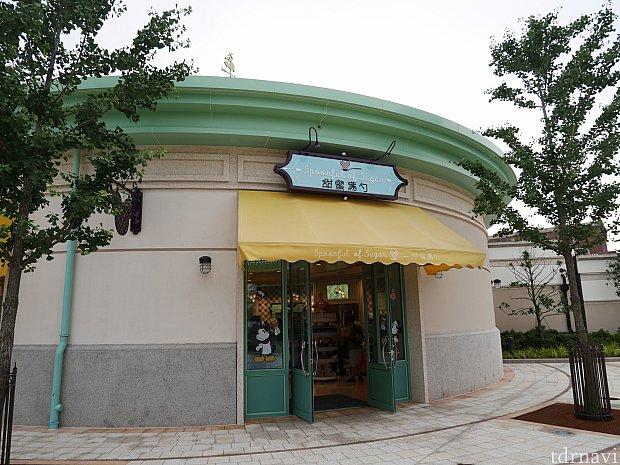 ディズニータウン入ってすぐのお店です。