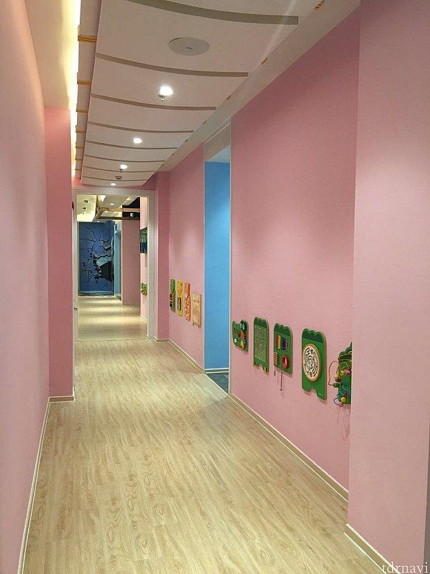一階はエレベーターホールに行くまで一面ピンク色の壁でした。
