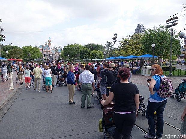開園前なのにこんなところまで列が伸びています。ここで2時間待ちぐらい